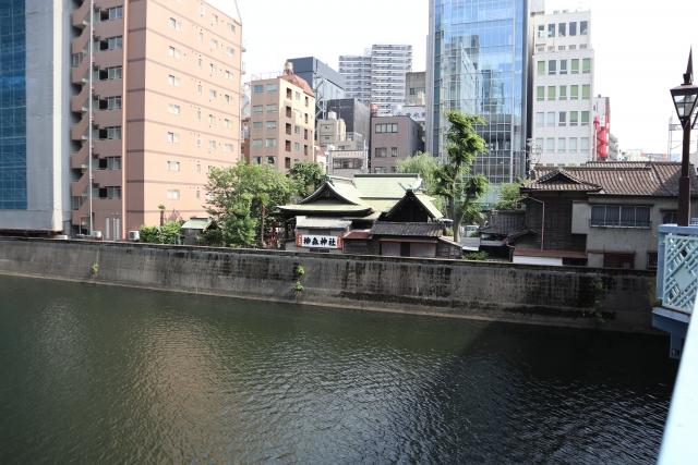 柳森神社を橋の上から